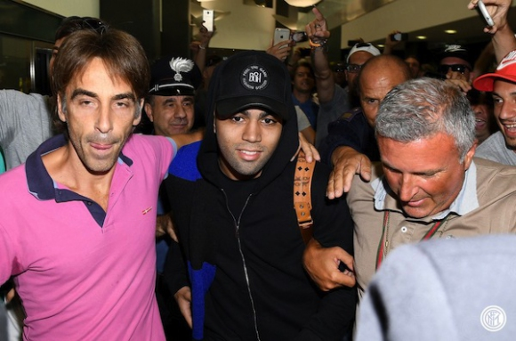 Габигол пристигна в Милано, Интер чака и Жоао Марио