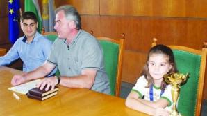 Млада шахматистка с плакет за престижни успехи