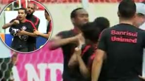 Бивш играч на Ман Юнайтед се сби със съотборник (видео)