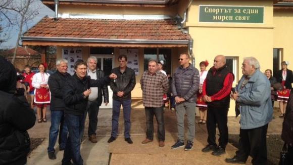 Валентин Йорданов откри зала в родното си село Сандрово