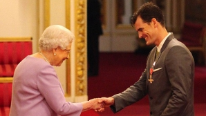 Джейми Мъри бе награден от Кралицата (видео)