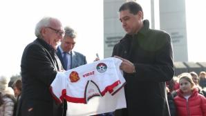 """Хубчев уважи швейцарския посланик и Базел по време на церемонията за """"Камбаната на мира"""""""