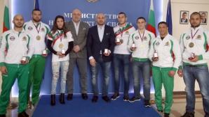 Министър Кралев награди с почетни медали на ММС европейските шампиони по ММА
