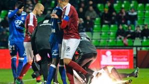 Скандал във Франция - прекратиха мач след като уцелиха с бомбичка вратаря на Лион (видео)