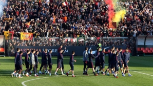 4000 тифози посрещнаха Рома след победата над Лацио (видео)