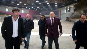 """Министър Кралев инспектира ремонта на зала """"Фестивална"""""""