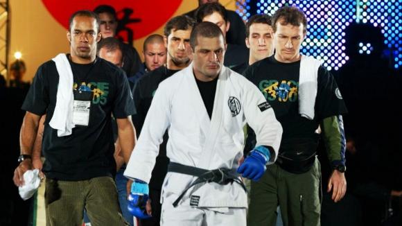Бой между майстор по кунг фу и боец, практикуващ бразилско джу джицу, свършва за секунди