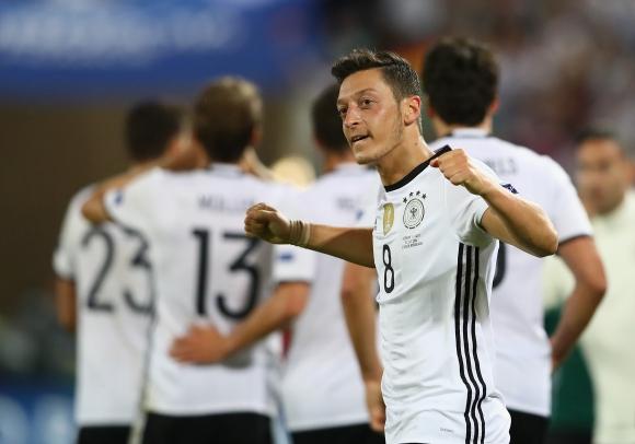 Йозил отвя всички за национал на годината в Германия