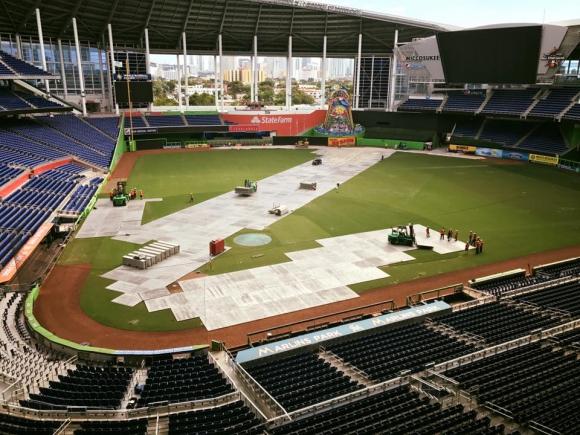 Как едно бейзболно игрище се превръща в сцена на моторни легенди (Видео)