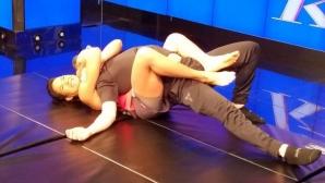 Аманда Нунеш демонстрира ММА техники върху актьора Крисчън Слейтър