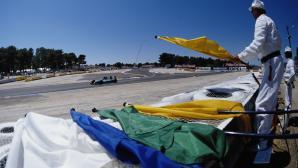 Дерек Уоруик призовава за махане на сините флагове