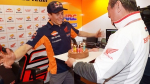 Хлапе зарадва Маркес с подарък на пистата (видео)