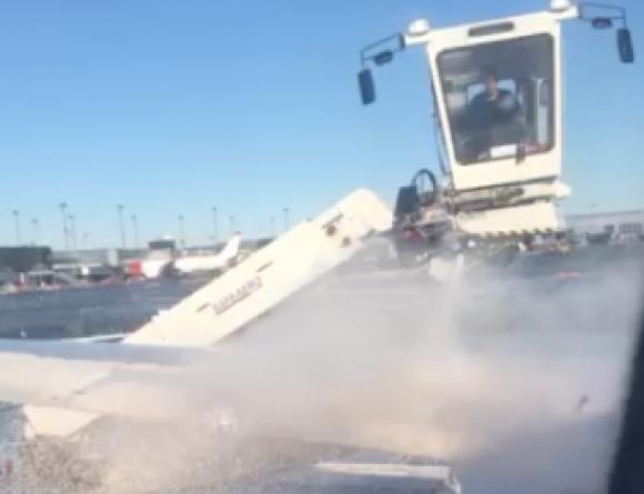 """Полетът на """"орлите"""" се забави 40 минути, чистиха самолета от сняг"""