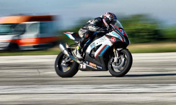 Европейският и републикански шампион Ангел Караньотов инструктира мотоциклетисти