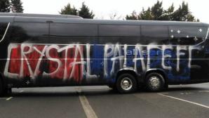 Феновете на Кристъл Палас се объркаха и съсипаха собствения си автобус