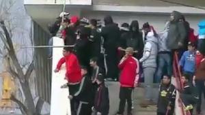 Екшън, меле и сблъсъци между полицията и фенове на мач в Чили