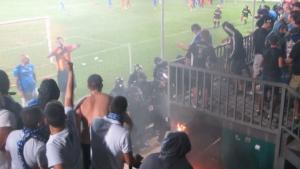 Още кадри от екшъна полиция срещу фенове на Левски в Ловеч