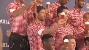 Байерн позира с баварски носии и бира