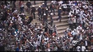 Бой между полицията и феновете на мача Коринтианс - Сао Пауло