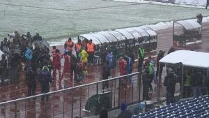 Канонада от снежни топки по играчите на ЦСКА на излизане от съблекалнята