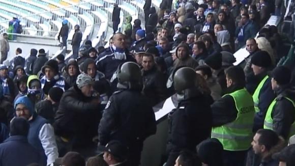 """Цирк в сектор """"А"""", феновете на Левски скочиха на червен привърженик"""