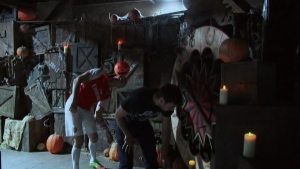 Фен на Арсенал си прави шеги с посетителите на Лондонската тъмница за Halloween