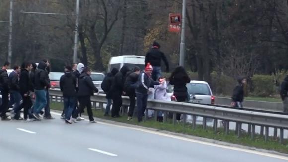 """Ексклузивно: Сектор """"Г"""" финтира полицията и спря движението на """"Цариградско шосе"""""""