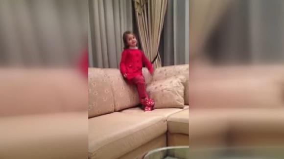 """Внучката на Стойчо пее """"Още от дете"""""""