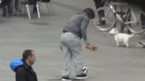 Кристиано Роналдо показва умения в центъра на Мадрид, преоблечен като бездомник