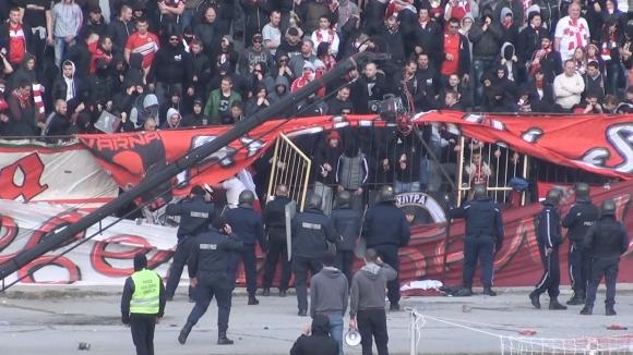 """Ето как """"червените"""" счупиха оградата на стадиона в """"Надежда"""""""