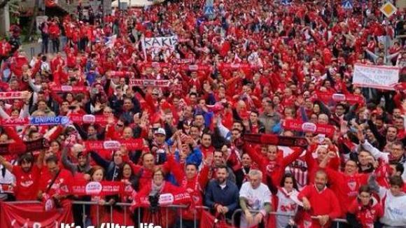 Ултрасите на Севиля подгряват преди финала във Варшава