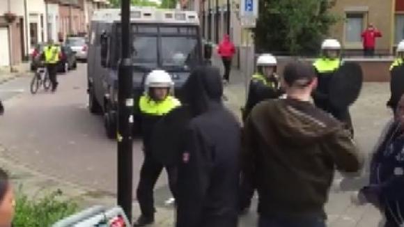 Бой между полиция и фенове преди мач от Ередивизие