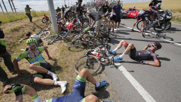 "Ужасяващо меле в третия етап на ""Тур дьо Франс"""