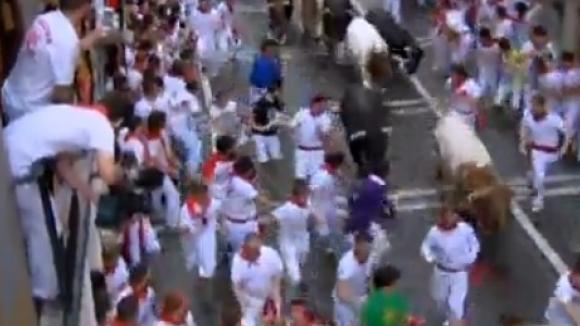 Трима души пострадаха от бикове на фестивала в Памплона