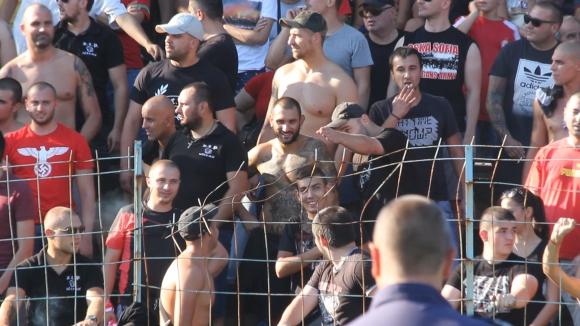 """Оградата  на стадиона в Пазарджик не издържа пред """"червените"""" фенове"""