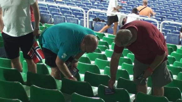 """За добре дошли: Норвежците чистят седалките на """"реновирания""""  стадион в София"""