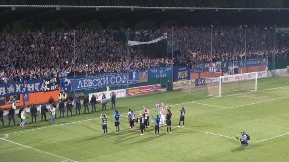 Феновете и отборът на Левски празнуват след важния успех срещу Литекс в Ловеч