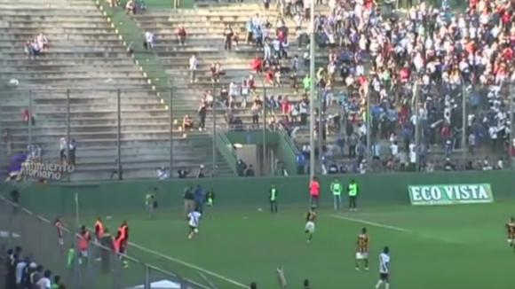 Шокиращо:Човек оцеля след падане от 8 метра височина на футболен мач в Аржентина