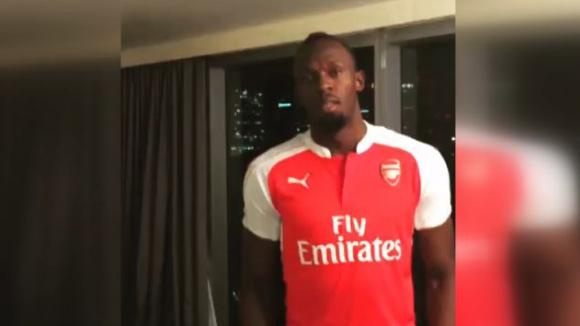 Болт загуби бас и облече фланелка на Арсенал