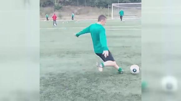 "Юношата на Берое Мони Димитров демонстрира ефектен ""падащ лист"" на тренировка"