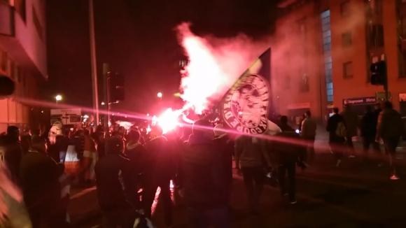 Ултрасите на Бордо с факелно шествие преди мача с Ливърпул