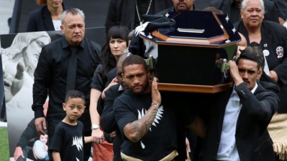 Сълзи и танцът хака при погребението на ръгби-легендата Джона Лому