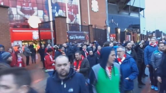 10 000 фена на Ливърпул протестираха пред Анфийлд след като напуснаха в 77 минута