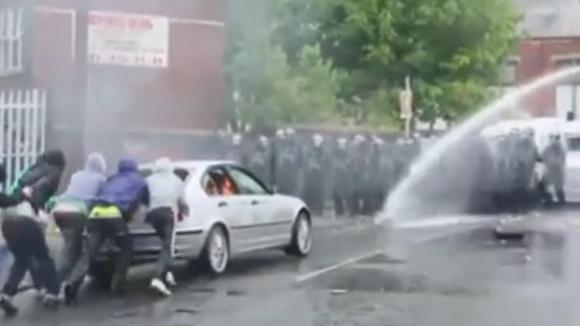 Ултраси от Белфаст дават урок по съпротива срещу полицията