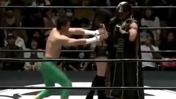 Сутиенът на японска моделка се разкопча на ринга