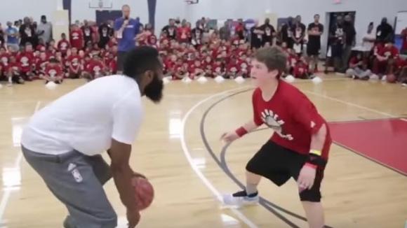 NBA звездата Джеймс Хардън с впечатляващ трик