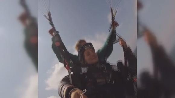 Сани Жекова скочи с парапланер