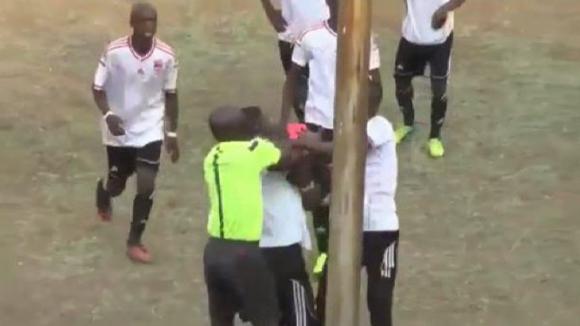 Футболист и рефер се сбиха в Зимбабве