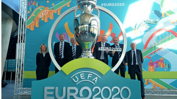 Сър Алекс присъства на представянето на логото за Евро 2020