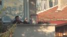 Баба, дядо и внуче гледат Верея и Левски от терасата си